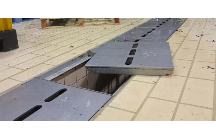 Stainless duct grill holder for exceptional loads